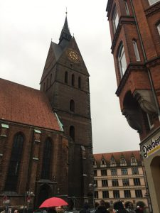 Finding things to do in Hannover with kids is not that difficult; Erlebnis Zoo, Herrenhäuser Gärten, Neu Rathaus and much more.